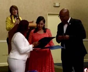 Gloria de Solís, recibiendo premio honorífico.