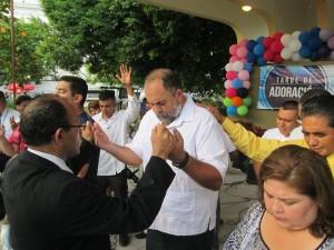 Orando por el Dr. Francisco Salvador Hirezi, Alcalde de Zacatecoluca.