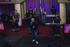 Salmista Alex Navas y su banda.
