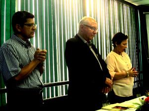 Mesa de honor de izquierda a derecha: Moisés Ramírez, director general de los Liceos, Hno. Reverendo Juan Bueno y Vilma de Hueso, directora del Liceo Central.