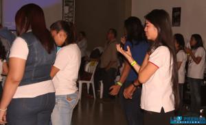 Jóvenes rendidos en oración.