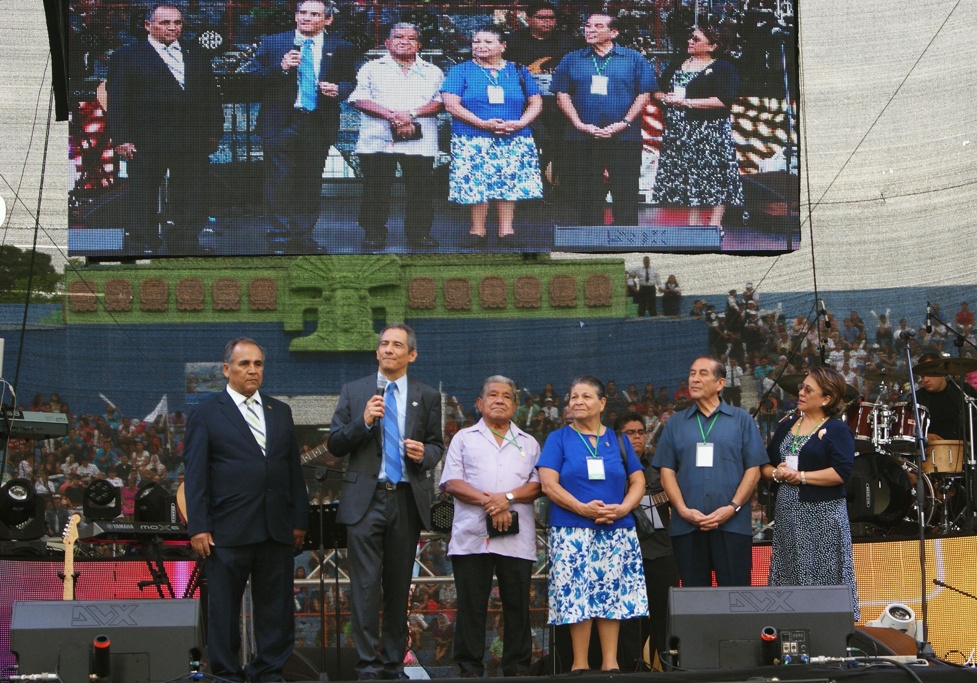 De izquierda a derecha: Luis Mejía, pastor Mario Vega, Eugenio Bizcarra, Carmen de Bizcarra, Carlos Ramos e Ilsa de Ramos