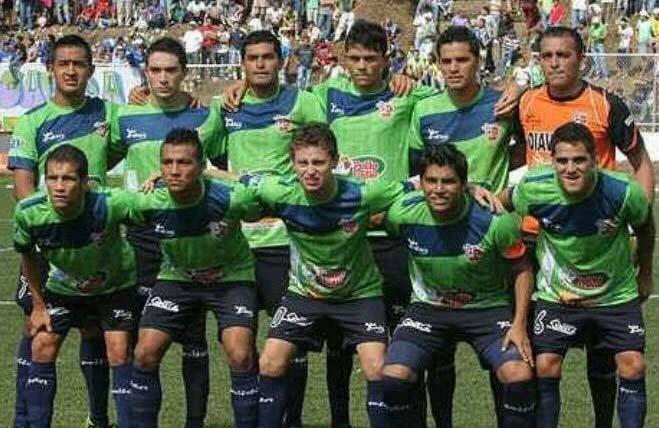 Pedro Reyes posando con su ex equipo Santa Tecla F.C.