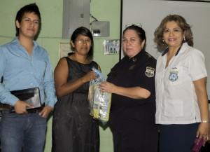 Familia Carillo recibe ayuda por parte de La Unidad de Iglesias Evangélicas de El Salvador