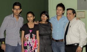 Familia Carillo de Izquierda a Derecha, Israel, Karla, Marta (esposa), Josue, Yasser Villafuerte (representante Unidad de Pastores)