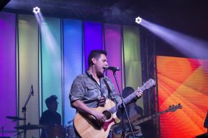 Pablo Rosales, cantando junto a su banda Radicales 51.