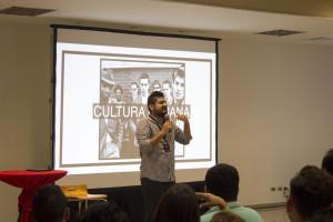 Pastor Moises Torres, impartiendo taller sobre culturas urbanas.