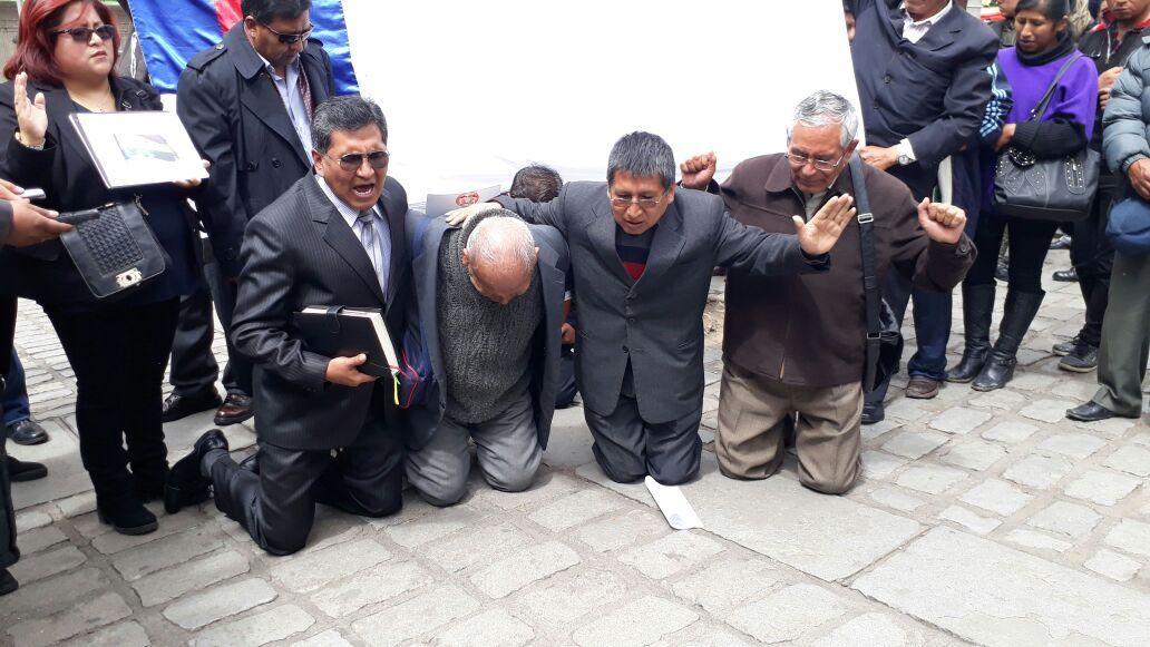 Pastores de Iglesias Evangélicas Unidas orando en Plaza Murillo, frente al Palacio de Gobierno.